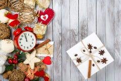 Decoración de la Navidad y caja de regalo sobre fondo de madera Concepto de las vacaciones de invierno Espacio para el texto Imágenes de archivo libres de regalías