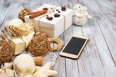 Decoración de la Navidad y caja de regalo sobre fondo de madera Concepto de las vacaciones de invierno Espacio para el texto Imagen de archivo libre de regalías