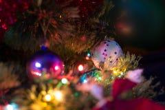 Decoración de la Navidad y del Año Nuevo Chuchería en el árbol de navidad Fotografía de archivo libre de regalías