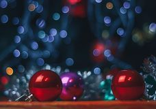 Decoración de la Navidad y del Año Nuevo Chuchería en la tabla Fotos de archivo libres de regalías