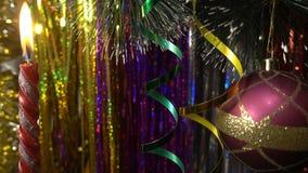 Decoración de la Navidad y del Año Nuevo Cierre de la chuchería de la ejecución Centelleo de las luces de la Navidad en el árbol Imagen de archivo libre de regalías