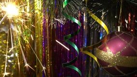 Decoración de la Navidad y del Año Nuevo Cierre de la chuchería de la ejecución Centelleo de las luces de la Navidad en el árbol Fotografía de archivo libre de regalías