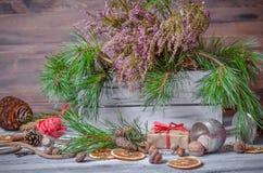 Decoración de la Navidad y del Año Nuevo con el manojo de pino Foto de archivo libre de regalías