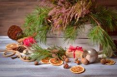 Decoración de la Navidad y del Año Nuevo con el manojo de pino Imagenes de archivo
