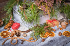 Decoración de la Navidad y del Año Nuevo con el manojo de pino Foto de archivo