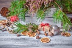 Decoración de la Navidad y del Año Nuevo con el manojo de pino Fotografía de archivo