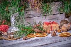 Decoración de la Navidad y del Año Nuevo con el manojo de pino Imagen de archivo