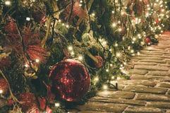 Decoración de la Navidad y del Año Nuevo con la iluminación Fotografía de archivo libre de regalías