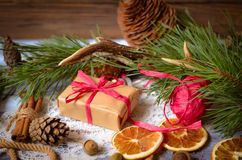 Decoración de la Navidad y del Año Nuevo con la rama del pino Imágenes de archivo libres de regalías