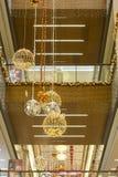 Decoración de la Navidad y del Año Nuevo con las bolas y el árbol de navidad en el centro comercial - Antalya, Turquía - 12 01 20 imagen de archivo