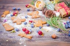 Decoración de la Navidad y del Año Nuevo con las galletas del pan de jengibre Imágenes de archivo libres de regalías