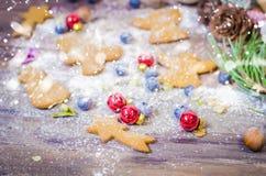 Decoración de la Navidad y del Año Nuevo con las galletas del pan de jengibre Fotos de archivo libres de regalías