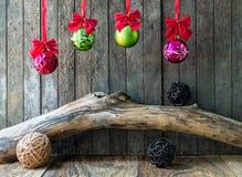 Decoración de la Navidad y del Año Nuevo en fondo de madera Foto de archivo