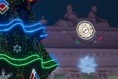 Decoración de la Navidad y del Año Nuevo en Odessa en el bulevar de Prymorskyi Árbol de navidad que brilla intensamente cerca del Fotos de archivo libres de regalías