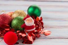 Decoración de la Navidad y del Año Nuevo en la tabla de madera del viejo grunge Foto de archivo