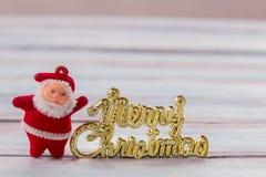 Decoración de la Navidad y del Año Nuevo en la tabla de madera del viejo grunge Imagen de archivo