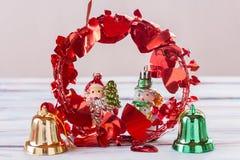 Decoración de la Navidad y del Año Nuevo en la tabla de madera del viejo grunge Imagen de archivo libre de regalías