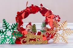 Decoración de la Navidad y del Año Nuevo en la tabla de madera del viejo grunge Fotos de archivo libres de regalías