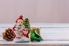 Decoración de la Navidad y del Año Nuevo en la tabla de madera del viejo grunge Fotografía de archivo