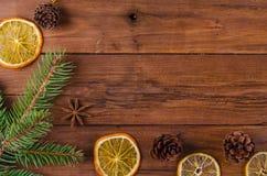 Decoración de la Navidad y del Año Nuevo en una tabla de madera, con la copia s Fotografía de archivo libre de regalías