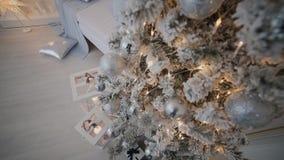 Decoración de la Navidad y del Año Nuevo Fondo borroso extracto del día de fiesta de Bokeh Guirnalda del centelleo Luces del árbo almacen de video
