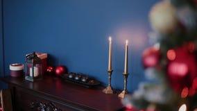 Decoración de la Navidad y del Año Nuevo Fondo borroso extracto del día de fiesta de Bokeh Guirnalda del centelleo Luces del árbo almacen de metraje de vídeo