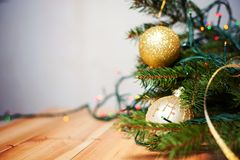 Decoración de la Navidad y del Año Nuevo Fondo con las guirnaldas, malla, bola del día de fiesta de Navidad Foto de archivo