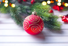 Decoración de la Navidad y del Año Nuevo sobre el fondo de madera blanco Imagen de archivo