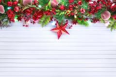 Decoración de la Navidad y del Año Nuevo sobre el fondo de madera blanco Fotos de archivo