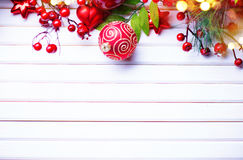 Decoración de la Navidad y del Año Nuevo sobre el fondo de madera blanco Imagenes de archivo
