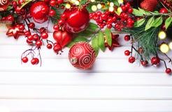 Decoración de la Navidad y del Año Nuevo sobre el fondo de madera blanco Imagen de archivo libre de regalías