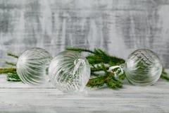 Decoración de la Navidad y del Año Nuevo sobre el fondo de madera blanco B Foto de archivo libre de regalías