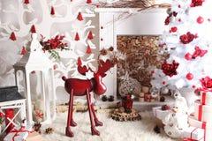 Decoración de la Navidad y del Año Nuevo sobre los ciervos comunes de madera del vintage del fondo Imagenes de archivo