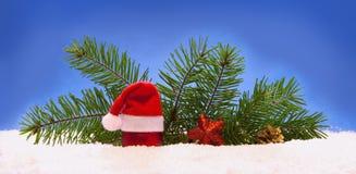 Decoración de la Navidad y sombrero de Papá Noel Imagen de archivo libre de regalías