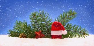 Decoración de la Navidad y sombrero de Papá Noel Fotos de archivo libres de regalías