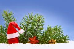 Decoración de la Navidad y sombrero de Papá Noel Imagenes de archivo