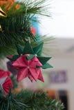 Decoración de la papiroflexia de Tornillo Kusudama en árbol de navidad Foto de archivo