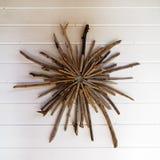Decoración de la pared hecha de la madera de deriva fotografía de archivo libre de regalías