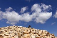 Decoración de la pared de piedra en el cielo azul y la nube blanca Fotografía de archivo libre de regalías