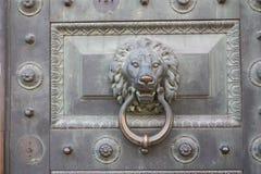 decoración de la puerta bajo la forma de cabeza animal fotografía de archivo libre de regalías