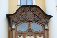 Decoración de la puerta de madera del edificio de Petersburgo fotografía de archivo libre de regalías