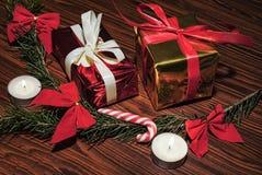 Decoración de la rama de la vela, de árbol de navidad y cajas de regalo en la tabla de madera fotografía de archivo