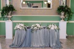 Decoración de la tabla de la boda en blanco y colores plata para el prometido y el prometido Fotos de archivo libres de regalías