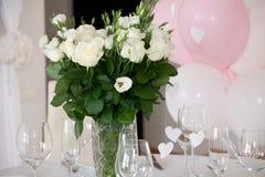 Decoración de la tabla con la tabla de las flores Foto de archivo