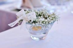 Decoración de la tabla con las flores Fotografía de archivo