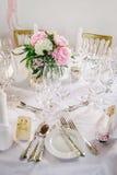 Decoración de la tabla con las flores Imagenes de archivo