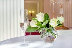 Decoración de la tabla con las flores y la copa de vino Imágenes de archivo libres de regalías