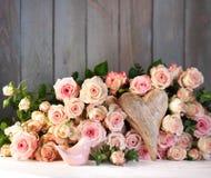 Decoración de la tabla con las rosas Imágenes de archivo libres de regalías