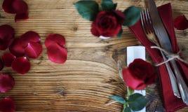Decoración de la tabla con las rosas rojas Fotografía de archivo libre de regalías