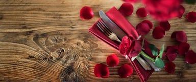 Decoración de la tabla con las rosas rojas Fotos de archivo libres de regalías